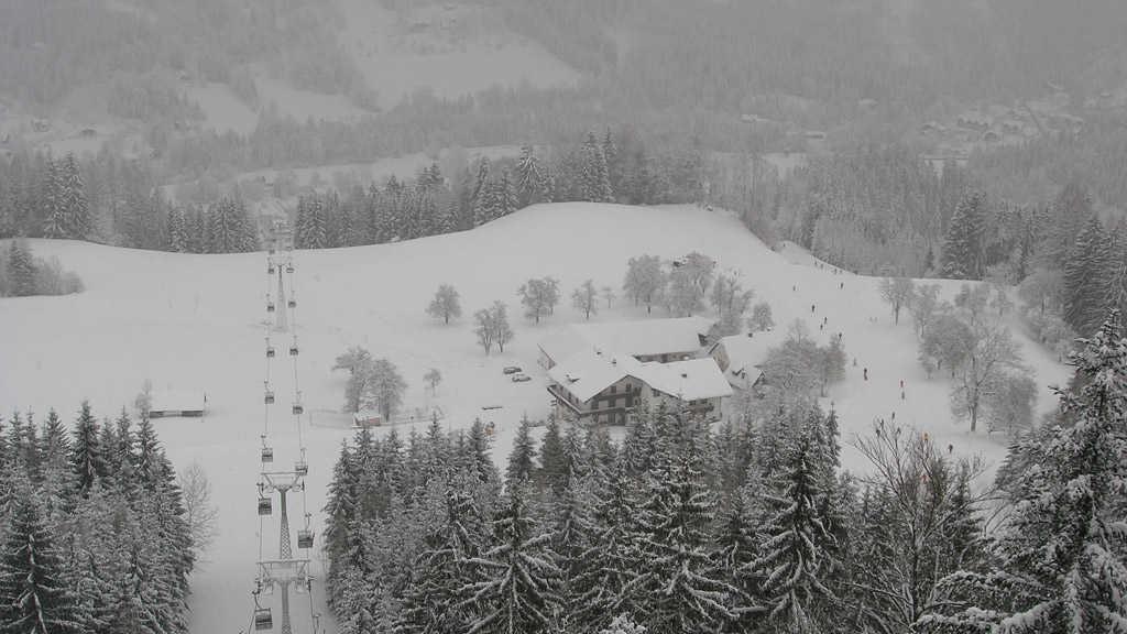 mit der Gondelbahn vorbei am Haus ins Skigebiet