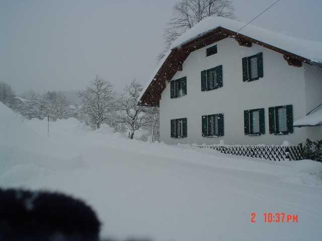 Parkplatz mit Bergen von Schnee