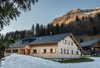 Winteransicht Eingang, Schopf im Hintergrund die Üntschenspitze Blickrichtung Norden ...