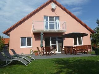 Ferienhaus mit Terrasse im Grünen gelegen für bis zu 12 Gästen