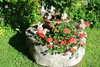 Mühlstein mit Blumen