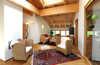 Tageslounge mit kleiner Hausbibliothek und gemütlichen Sitznischen zum Chillen