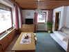 Wohnbereich mit TV und einer ausziehbaren Schlafcouch