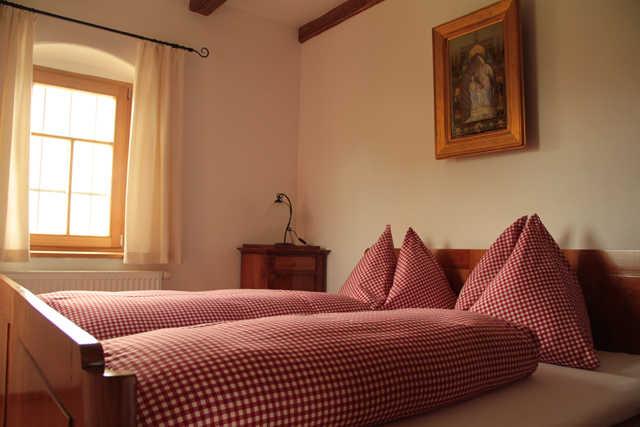 Zweibettzimmer mit antiken Möbeln